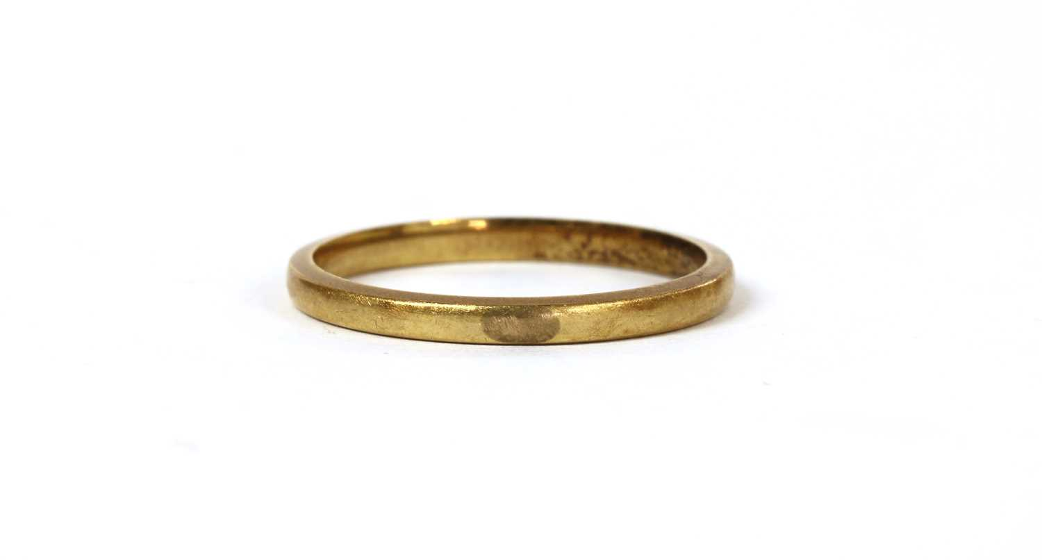 Lot 83 - A gold wedding ring
