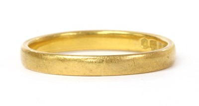Lot 82 - A 22ct gold flat section wedding ring