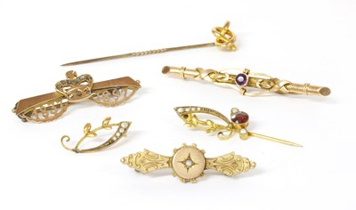 Lot 16 - A quantity of gold brooches