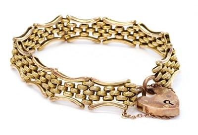 Lot 123 - An Edwardian 9ct gold gate bracelet
