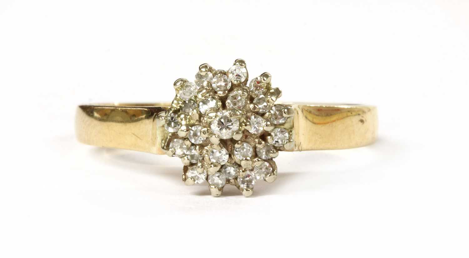 Lot 59 - A gold diamond cluster ring