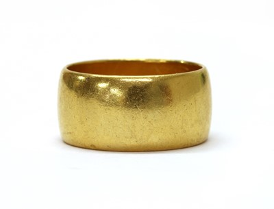 Lot 1070 - A 22ct gold wedding ring