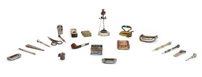 Lot 26 - A collection of sewing and related items