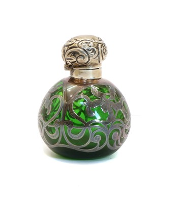 Lot 21 - An Edwardian glass and silver mounted scent bottle