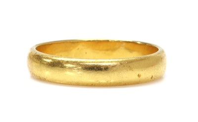 Lot 1066 - A 22ct gold 'D' section wedding ring