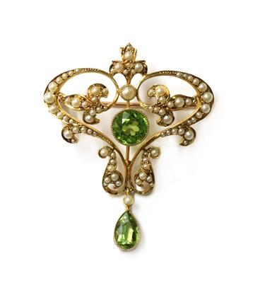 Lot 1037 - An Edwardian gold peridot and split pearl brooch/pendant