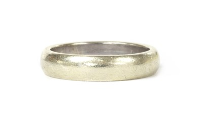 Lot 1076 - A 9ct white gold 'D' section wedding ring