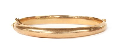 Lot 1108 - A 15ct gold oval hollow hinged bangle