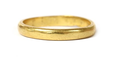 Lot 1068 - A 22ct gold 'D' section wedding ring