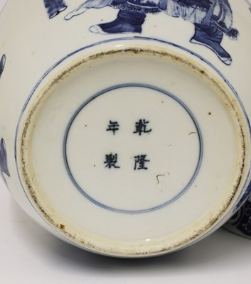 Lot 33 - A Chinese export blue and white jar and cover