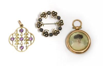 Lot 18 - An Edwardian gold sapphire and split pearl wreath brooch